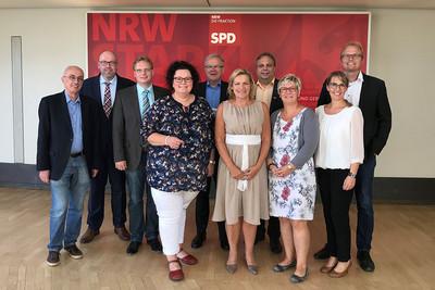 Im Austausch (v.l.n.r.) mit den Landtagsabgeordneten: Armin Jahl, Frank Müller, Dr. Dennis Maelzer, Sandra van Heemskerk (komba), Wolfgang Jörg, Eva-Maria Voigt-Küppers, Ingo Bings (komba), Sabine Schöndelen-Przygodda (komba), Tanja Plath (komba) und Jochen Ott. (Foto: © komba gewerkschaft nrw)