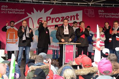 Andreas Hemsing, stellvertretender Vorsitzender der komba nrw, begrüßt die über 7000 Kolleginnen und Kollegen in Bochum (Foto: © Friedhelm Windmüller, dbb)